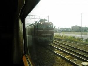 EF81貨物列車を抜く